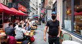 Orang-orang makan di meja-meja di luar bar dan restoran di sepanjang Stone Street, New York, Amerika Serikat, 25 September 2020. Hingga 25 September 2020, sebanyak 7.005.746 orang di Amerika Serikat terinfeksi COVID-19, dengan 203.240 orang meninggal dunia. (Xinhua/Michael Nagle)