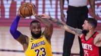 Pabesaket Los Angeles Lakers, LeBron James (23) berusaha mengoper bola saat Austin Rivers (25) dari Houston Rockets menjaganya pada pertandingan bola basket playoff semifinal NBA Kamis, (10/9/2020) di Lake Buena Vista, Florida . (Foto AP/Mark J. Terrill)