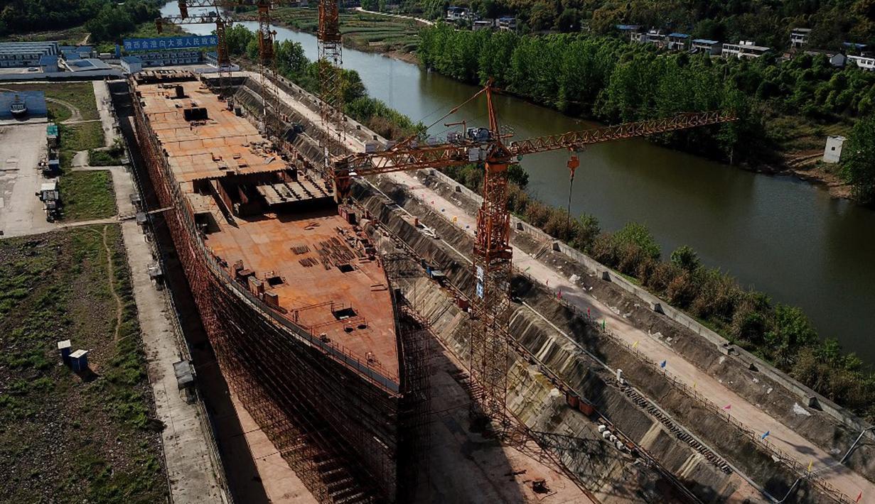 Foto dari udara menunjukkan replika kapal Titanic yang masih dalam tahap konstruksi di Daying County, Provinsi Sichuan, China, 26 April 2021. Lebih dari satu abad berada di kedalaman samudera, pengusaha China 'membangkitkan Titanic' guna menjadi destinasi wisata baru di Sichuan. (NOEL CELIS/AFP)