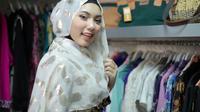 Untuk menghadiri kondangan, Anda butuh penampilan yang berbeda dari sehari-hari dengan gaya hijab ini.