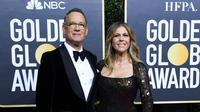 Aktor AS Tom Hanks dan isteri Rita Wilson tiba untuk Golden Globe Awards ke-77 di hotel The Beverly Hilton di Beverly Hills, California pada 5 Januari 2020. Tom Hanks dan istrinya Rita Wilson keduanya dinyatakan positif virus corona, kata aktor AS itu, Rabu lewat aku Twitternya. (AFP/Valerie Macon)