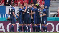 Pemain Finlandia merayakan gol Joel Pohjanpalo ke gawang Denmark pada laga Grup B Euro 2020 di Stadion Parken, Kopenhagen, Minggu (13/6/2021). (AFP/Hannah McKay)