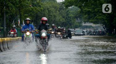 Pengendara sepeda motor melewati Jalan Letjen Suprapto yang terendam banjir, Jakarta Pusat, Sabtu (8/2/2020). Hujan yang mengguyur Jakarta sejak semalam mengakibatkan Jalan Letjen Suprapto terendam banjir. (merdeka.com/Imam Buhori)