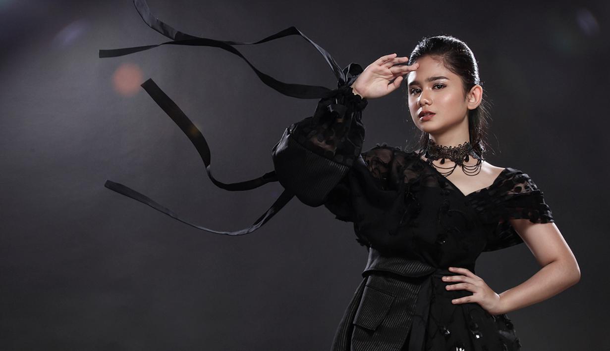 Paras ayu artis muda berdarah Minangkabau ini berhasil mencuri perhatian netizen. Tak hanya berbakat dalam hal akting, Tissa Biani juga ramah dan murah senyum. Namun untuk pemotretan kali ini, ia tampil dengan pose dingin yang terlihat keren. (Liputan6.com/IG/@tissabiani)