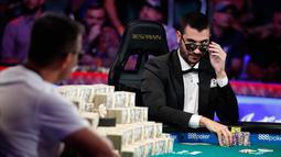 Pemain poker Dario Sammartino menatap Hossein Ensan saat bermain dalam final World Series of Poker di Las Vegas, Amerika Serikat, Rabu (17/7/2019). Kalah dari Ensan, Sammartino berhak membawa hadiah sebesar 6 juta dolar AS atau sekitar Rp 83.850.000.000. (AP Photo/John Locher)