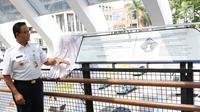 Gubernur DKI Jakarta Anies Baswedan meresmikan jembatan penyeberangan orang (JPO) di Jalan Jenderal Sudirman, Kamis (28/2). JPO di Jalan Jenderal Sudirman mencuri perhatian masyarakat karena desain yang artistik. (Liputan6.com/Immanuel Antonius)