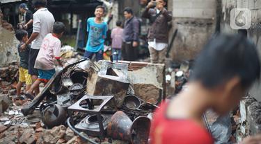 Habis Dilalap Api, Warga Taman Sari Kumpulkan Puing Rumah yang Tersisa