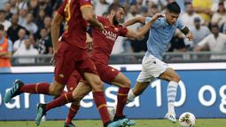 Penyerang Lazio, Joaquin Correa (kanan) menggiring bola melewati gelandang AS Roma, Bryan Cristante selama pertandingan Serie A Liga Italia di stadion Olimpico (1/9/2019). Lazio dan Roma bermain imbang 1-1. (AP Photo/Alessandra Tarantino)