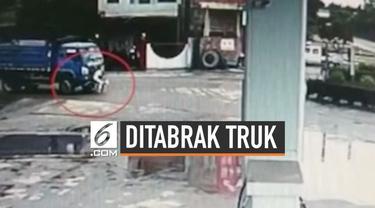 Kecelakaan lalu lintas menimpa pengendara sepeda yang mendahului sebuah truk di jalanan Kota Xingning, China. Insiden yang mengejutkan ini terekam kamera lalu lintas yang berada di dekat lokasi.