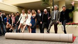 Tiga putri aktor Sylvester Stallone, Sistine, Scarlet, Sophia bersama Jimmy Fallon menggelar karpet merah jelang penanugerahan Golden Globe Awards ke-74 di Beverly Hilton, Beverly Hills, (4/1). (Chris Pizzello/Invision/AP)