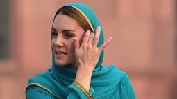 Duchess of Cambridge, Kate Middleton mengunjungi Masjid Bahashi yang bersejarah di Lahore, Pakistan, Kamis (17/10/2019). Kate memadukan pakaian tersebut dengan kain penutup kepala warna turquoise dari desainer Maheen Khan. (Photo by AAMIR QURESHI / AFP)