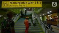 Petugas medis melakukan penyemprotan cairan disinfektan di Stasiun Gambir, Jakarta, Kamis (12/3/2020). Penyemprotan dilakukan untuk mencegah penyebaran virus corona COVID-19, terutama di pusat keramaian. (merdeka.com/Imam Buhori)