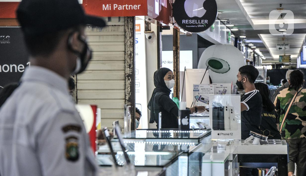 Pekerja melayani calon pembeli smartphone di ITC Cempaka Mas, Jakarta, Rabu (4/8/2021). Data firma riset International Data Corporation (IDC) mencatat permintaan smartphone di Indonesia mengalami pertumbuhan 19 persen (YoY) atau 36,8 juta unit pada paruh kedua 2020.  (merdeka.com/Iqbal S Nugroho)