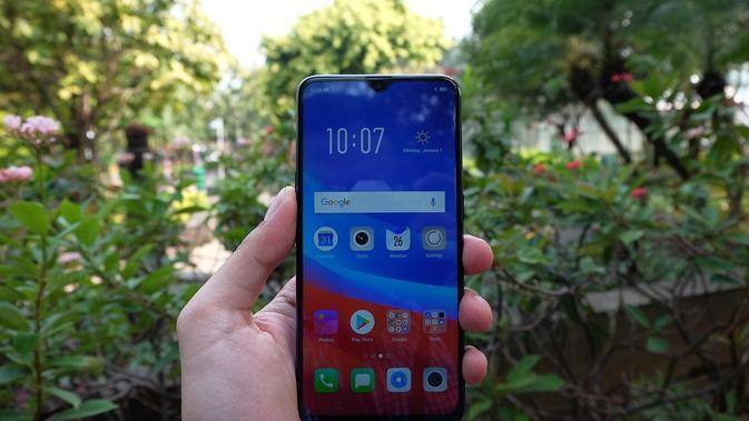 Oppo F9 mempunyai dua warna pilihan, yaitu Sunrise Red dan Twilight Blue. Uniknya, pada tampilan belakang ponsel itu terlihat gradasi warna saat terkena cahaya.