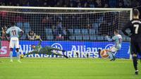 Kiper Real Madrid, Keylor Navas mengagalkan tendangan penalti pemain Celta Vigo, Iago Aspas pada pertandingan pekan ke-18 La Liga di Estadio de Balaidos, Minggu (7/1). Real Madrid ditahan imbang 2-2 saat berkunjung ke markas Celta Vigo (AP/Lalo R. Villar)