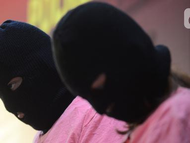 Tersangka muncikari dari prostitusi online artis saat rilis kasus di Polres Metro Jakarta Utara, Jumat (27/11/2020). Polres Metro Jakut menetapkan dua muncikari berinisial AR dan CA sebagai tersangka kasus prostitusi online yang melibatkan dua artis yakni ST dan SH alias MY (merdeka.com/Imam Buhori)