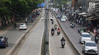 Pengendara motor melintasi jalur bus Transjakarta di kawasan Pasar Rumput, Jakarta, Rabu (20/2). Kamera pengawas atau CCTV akan dipasang di setiap halte Transjakarta yang terintegrasi dengan Ditlantas Polda Metro Jaya. (Liputan6.com/Immanuel Antonius)