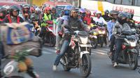 Sejumlah pemudik bermotor melintasi jalur Bekasi Timur, Jawa Barat, Selasa (22/7/2015). Kepadatan arus balik sepeda motor diperkirakan terjadi pada H+4 malam hingga H+5. (Liputan6.com/Herman Zakharia)