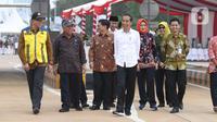 Presiden Joko Widodo (tengah) meninjau kondisi jalan tol saat peresmian Tol JORR II ruas Kunciran-Serpong, Tangerang Selatan, Jumat (6/12/2019). Setelah peresmian, ruas tol sepanjang 11,1 km tersebut siap digunakan oleh masyarakat jelang Natal 2019 dan Tahun Baru 2020. (Liputan6.com/Angga Yuniar)