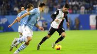 Pemain Juventus, Rodrigo Bentancur, berusaha melewati pemain Lazio pada laga Piala Super Italia 2019 di Stadion King Saud University, Arab Saudi, Minggu (22/12). Lazio menang 3-1 atas Juventus. (AP/Nasser Alharbi)