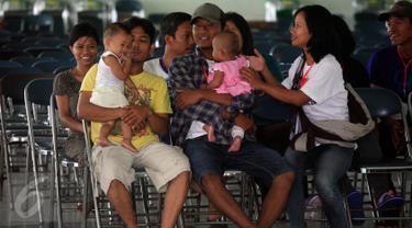 Eks anggota Gafatar menunggu untuk menjalani pendataan kepedudukan di Asrama Haji Donohudan ,Boyolali, Jawa Tengah, (25/1).  Pengungsi gelombang pertama melalui jalur udara dari Bandara Adisumarmo Solo di tampung di asrama haji. (Boy Harjanto)