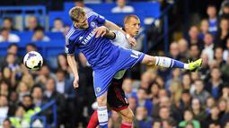 Duel Andre Schurrle dan Steve Sidwell pada pertandingan sepak bola Liga Utama Inggris antara Chelsea vs Fulham di Stamford Bridge, London (21/09/13). (AFP/Glyn Kirk)