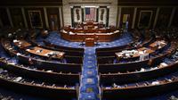 The House Chamber kosong setelah orang-orang dievakuasi saat pengunjuk rasa mencoba masuk ke Gedung Capitol Hill di Washington DC, Amerika Serikat, Rabu (6/1/2021). Ketua DPR Amerika Serikat Nancy Pelosi mengecam penyerbuan Gedung Capitol Hill. (AP Photo/J. Scott Applewhite)