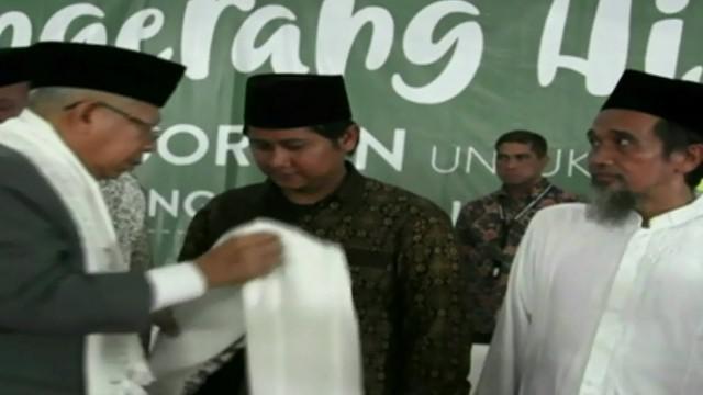Para pendukung berorasi dengan menyanyikan lagu kemenangan dan menunjukan jari satu di hadapan Ma'ruf Amin.