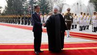 Presiden Joko Widodo berjabat tangan dengan Presiden Hassan Rouhani saat tiba di Istana Saadabad, Rabu (14/12). Dalam kunjungannya, Jokowi juga menghadiri jamuan makan siang. (AFP Photo/Atta Kenare)