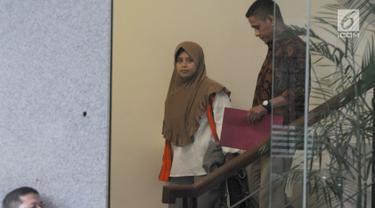 Anggota Komisi A DPRD Kabupaten Kebumen Dian Lestari Pertiwi Subekti (DL) menuruni tangga usai menandatangani perpanjangan penahanan 30 hari kedepan di gedung KPK, Jakarta, Jumat (11/5). (Merdeka.com/Dwi Narwoko)