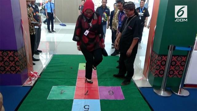 Bandara Internasional Soekarno Hatta, Tangerang, Banten memamerkan aneka mainan tradisional untuk diperkenalkan kepada penumpang khususnya kontingen negara peserta Asian Games 2018, di Terminal Tiga Internasional.