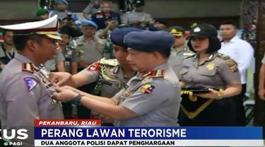 Atas keberanian anggota Mapolda Riau, Kapolri berikan penghargaan kenaikan pangkat serta pin emas.