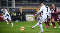 Proses gol penalti yang dicetak striker Juventus, Cristiano Ronaldo, ke gawang Torino pada laga Serie A di Stadion Olympic, Turin, Sabtu (15/12). Torino kalah o-1 dari Juventus. (AFP/Marco Bertorello)
