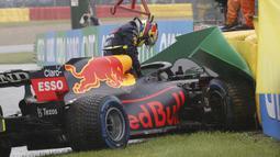 Salah satu korban dari cuaca buruk tersebut adalah Sergio Perez. Pembalap Red Bull Racing tersebut sempat tergelincir hingga menghantam dinding ban pembatas saat melakukan warm up lap. FIA pun akhirnya menghentikan sementara balapan tersebut selama satu jam. (Foto: AFP/Francisco Seco)