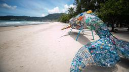 Suasana Pantai Patong di Phuket, Thailand, 13 September 2020. Phuket memiliki pasir putih yang halus, pohon palem yang melambai, air laut yang berkilau, dan kota yang dinamis. (Xinhua/Zhang Keren)