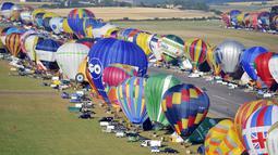 Ratusan balon udara bersiap untuk diterbangkan di pangkalan udara Chambley-Bussieres, Perancis, (26/7/2015). Peserta dari berbagai negara di belahan dunia ikut dalam festival 'Lorraine Mondial Air Ballons'. (AFP/JEAN-CHRISTOPHE VERHAEGEN)