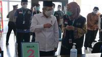 Wakil Presiden (Wapres) K. H. Ma'ruf Amin meninjau simulasi vaksinasi Corona Virus Disease 2019 (Covid-19) yang diselenggarakan di Puskesmas Cikarang.