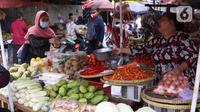 Warga membeli kebutuhan sembako di Pasar Kebayoran, Jakarta, Senin  (21/12/2020). Kenaikan permintaan bahan pokok berpotensi kembali terjadi pada akhir tahun seiring dengan perayaan Natal dan Tahun Baru 2021. (Liputan6.com/Angga Yuniar)