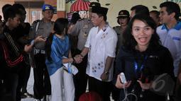 Kadiv Humas Mabes Polri, Irjen Pol Anton Charlian (kanan) bersalaman dengan Sekjen KPAI Erlinda usai memberi keterangan kepada awak media di pendopo Safe House Cibubur, Jakarta, Sabtu (16/5/2015). (Liputan6.com/Johan Tallo)