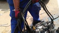 Temuan sampah, kondom hingga menyumbat gorong-gorong kawasan di Kuningan, Jakarta Selatan. (Liputan6.com/Ika Defianti)