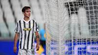 Penyerang Juventus, Paulo Dybala, tampak kecewa usai kalah agregat oleh Olympique Lyon dan tersingkir dari Liga Champions 2019/2020 di Stadion Allianz, Sabtu (8/8/2020) dini hari WIB. Juventus kalah agregat 2-2 atas Olympique Lyon. (AFP/Miguel Medina)