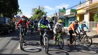 Rombongan gowes Sandiaga Uno bersama Wakil Bupati Garut Helmi Budiman dan masayarkat, tengah memaju kayuhan sepeda menuju kawasan wisata Situ Bagendit. (Liputan6.com/Jayadi Supriadin)