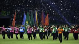 Sejumlah penari saat tampil pada pembukaan Shopee Liga 1 2020 di Stadion Gelora Bung Tomo, Surabaya, Sabtu (29/2). Sebanyak 18 klub akan berlaga dalam kompetisi kasta tertinggi di Indonesia ini.(Bola.com/Yoppy Renato)