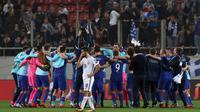 Pemain Kroasia merayakan kemenangan atas Yunani seusai laga leg kedua play-off Piala Dunia 2018, di Stadion Karaiskakis, Senin (13/11). Meski bermain imbang, Kroasia tetap lolos ke putaran final berkat keunggulan agregat 4-1. (AP/Thanassis Stavrakis)