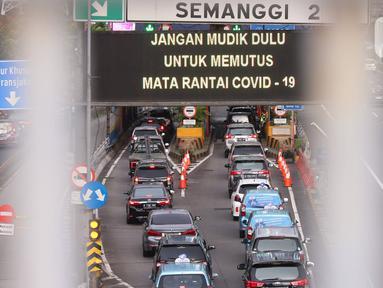 Kendaraan melintas di Gerbang Tol Semanggi, Jakarta, Rabu (20/5/2020). Ketua Gugus Tugas Percepatan Penanganan COVID-19 Doni Monardo menerbitkan surat edaran tentang kriteria pembatasan perjalanan orang dalam rangka percepatan penanganan COVID-19. (Liputan6.com/Angga Yuniar)