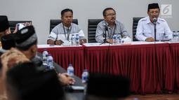 Sekda Jawa Barat, Iwa Karniwa (kanan) memberikan sambutan di kantor DPP PDIP, Jakarta, Jumat (7/7). Kehadiran Iwa mendatangi DPP PDIP untuk  pendaftaran sebagai calon gubernur Jawa Barat untuk Pilkada 2018 melalui PDIP. (Liputan6.com/Faizal Fanani)