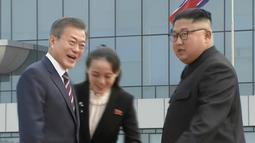Presiden Korea Selatan, Moon Jae-in disambut oleh pemimpin Korea Utara, Kim Jong-un dan sang adik, Kim Yo Jong setibanya di Pyongyang, Selasa (18/8). Kedatangan Moon Jae-in untuk pertemuan ketiga dengan Kim Jong-un. (Korea Broadcasting System via AP)