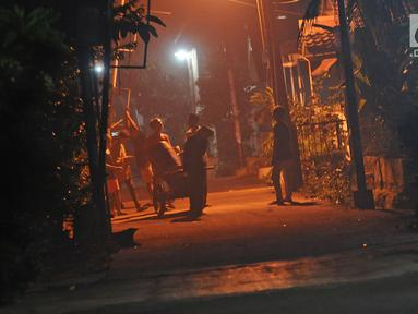 Sejumlah anak menggunakan alat musik dari tong sampah untuk membangunkan warga saat sahur di kawasan Mekarsari, Depok, Jawa Barat, Rabu (8/5/2019). Dengan alat seadanya, anak-anak penuh semangat berkeliling membangunkan warga sekitar untuk sahur. (Liputan6.com/Herman Zakharia)