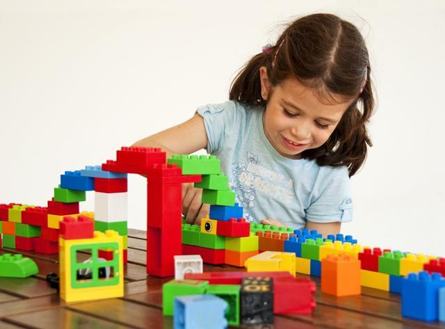Anak-anak akan sangat senang bermain lego/copyright shutterstock.com