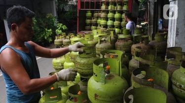 Pekerja menata tabung gas LPG 3 kilogram (kg) di Jakarta, Rabu (16/12/2020). PT Pertamina (Persero) memperkirakan kebutuhan gas elpiji 3 kg naik menjadi 7,50 juta metrik ton pada 2021. (Liputan6.com/Angga Yuniar)